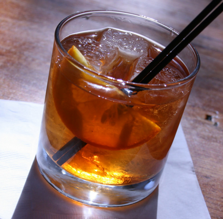 Cocktail Old Fashioned : 60 ml Bourbon, 1 terrón de azúcar blanca, 1 chorrito Angostura bitters
