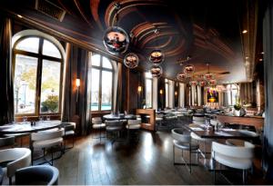 Restaurantes Inspiradores  L´Arc Paris, un espacio con un aprovechamiento de la luz increíble. Elegante como solo se puede ser en París