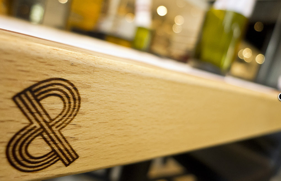 The Pass & Provisions, Huston. El logotipo entrelazado P se puede encontrar en varios lugares en todo el restaurante, incluso en las mesas