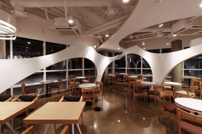Restaurantes envolventes de formas org nicas y acogedores for Interiorismo restaurantes
