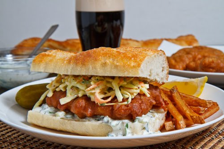 Sandwich de baguette de pescado empanado, juliana de verduras y salsa tartara