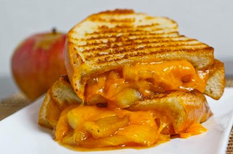 Sandwich de manzana caramelizada y queso fundido