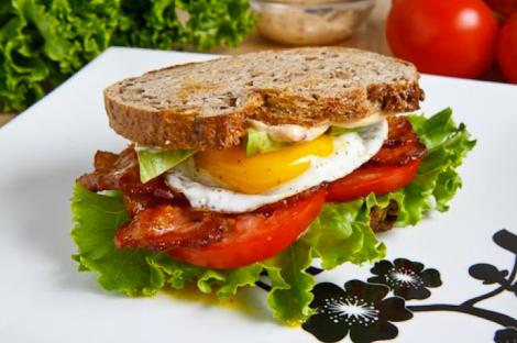 Sandwich de pan rústico de lechuga, tomate, bacon, huevo y mayonesa de Chipotle