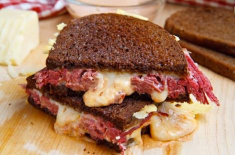 Sandwich de pan negro de ternera con queso suizo