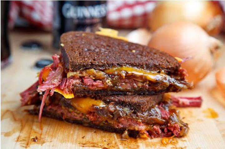 Sandwich de pan negro de ternera con queso y cebolla caramelizada