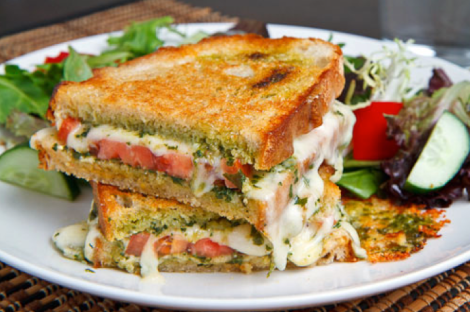 Sandwich de pesto, tomate y queso fundido