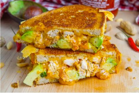 Sandwich de Pollo con cacahuetes y queso fundido