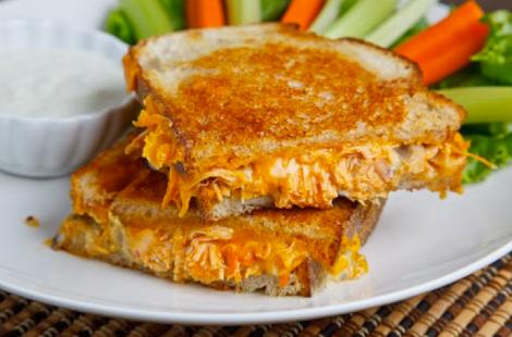 Sandwich en rebanada de pan rústico de pollo y queso